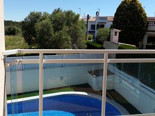 Apt w/ pool, balcony- beach at 200m