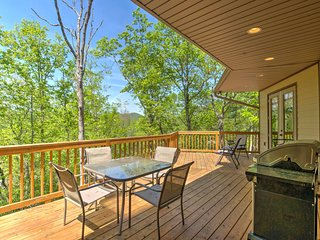 Cozy 'Walnut Cottage' w/Hot Tub & Deck in Franklin