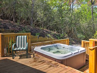 New! Cedar Chalet 4BR Franklin Cottage w/ Hot Tub!