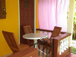 Sunny Yellow : Live Like A Local - 2 bedroom fully furnished apartment
