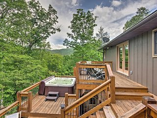 New! 'Maple Villa' 5BR Franklin Villa w/Hot Tub!