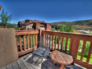 Perfect Location! --Top Floor, Walk to Shopping - Close to Ski Resorts. (CVD304)
