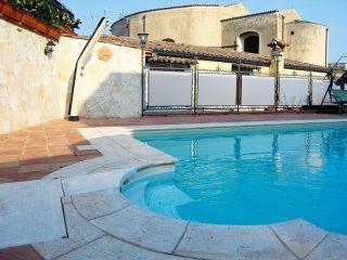 Cottage w/ private pool near sea