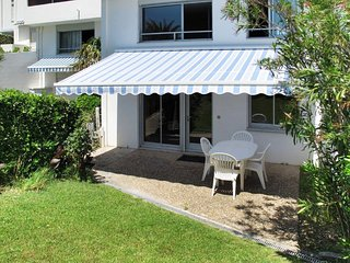 Idyllic garden flat 150m from beach