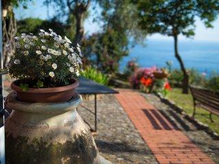 Il Frantoio - antico casale con giardino e vista sul mare di Recco