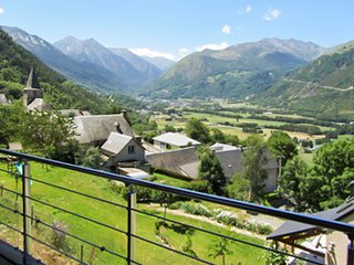 A gorgeous chalet with mountain views and a jacuzzi – 3 km from the slopes!