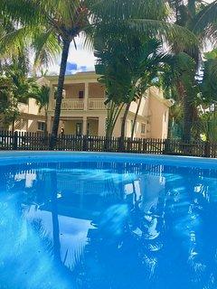 La maison face à la piscine