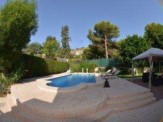 Villa Golf Bonalba. Piscina y jardín privado. 4 habitaciones. 8 huéspedes.