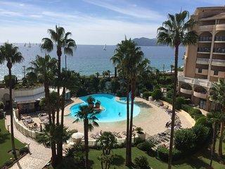 Beautiful flat, panoramic infinity views, opposite the beach, 2 pools, sleeps 7