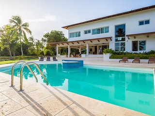 Chic Modern Villa, Large Swimming Pool, Jacuzzi, Housekeeping, Large Yard, AC, F