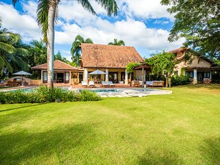 Aesthetically Pleasing Retreat with beautiful grounds, Swimming Pool, Cook, AC