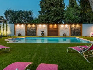 Villa Rock Gardens Beautiful & Traditional Villa with Heated Swimming Pool