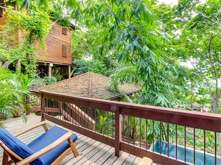 Lovely treehouse-style, waterfront home w/ pool and resort amenities