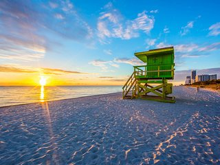 Minutes to Sand, Close to SoBe, Sleeps 8