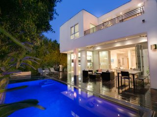 Beautiful Beverly Hills Modern Home with Pool, Hot Tub, and Great Open Floorplan