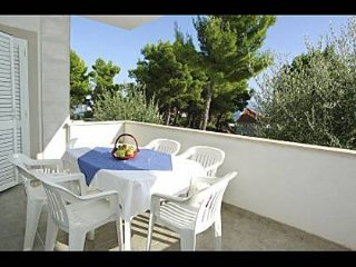 Cozy apartment in the center of Bol with Parking, Air conditioning, Balcony, Ter