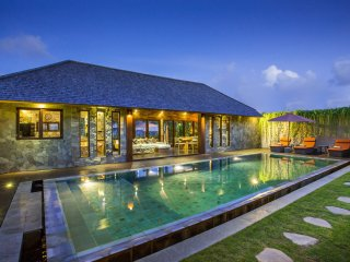 Rachline Villa, 4BR villa with Private Pool and RICEFIELD view.
