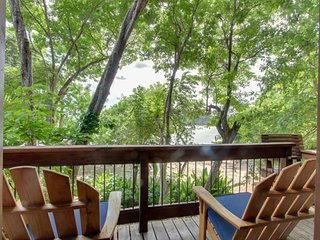 Cozy treehouse studio w/ partial ocean views & resort amenities - beachfront!