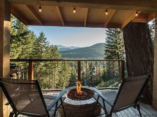 Romantic Couple's  Retreat, Views, Hot Tub and Fido OK at the Das Tree Haus