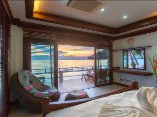 Villa Julie - beachfront, free car, swimming pool!