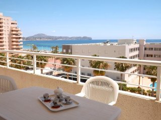Spacious apartment a short walk away (334 m) from the 'Playa Cantal Roig' in Cal