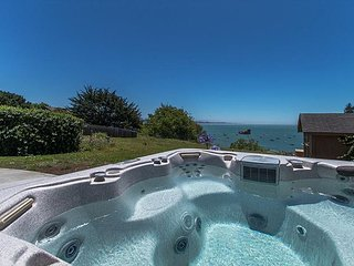 Treasure Cove~Ocean Views, Hot Tub, In Town, Walk to Beach, Ping Pong!
