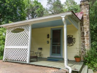 Valley Point Cottage | Scenic Getaway up Garth Road, Just 3 miles to UVa