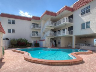 BELLISSIMO VILLA Direct Oceanfront View, Clearwater Beach, White Sand & Sunsets
