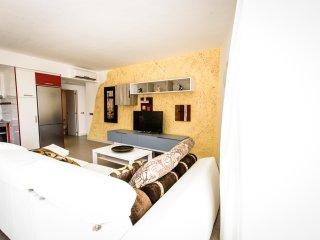 SOL MOGAN SUITES. Suite con terraza y dos dormitorios.