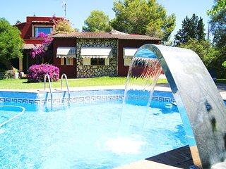 Elegant Villa for 8 People, Swimming Pool, WIFI, BBQ