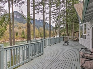 NEW! 2BR Gold Bar 'Wild Sky River Home' w/ Deck!