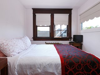 345-09 Double Bed w/Balcony & Shared Bathroom