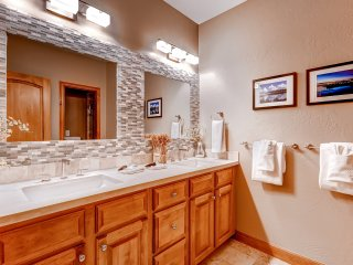 Arrowhead Private Townhome, 4 Bedroom + Den, Sleeps up to 10 ~ RA134189