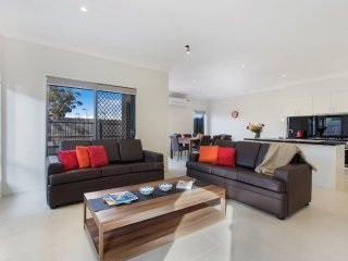 BRADFORD PLACE 1 - MELBOURNE 20min to CBD, Spacious 4Bdrm, Sleeps 10, Linen Incl