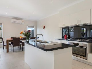 BRADFORD PLACE 2/7  - MELBOURNE 4 Bedrooms, Sleeps 10,  20 min to CBD