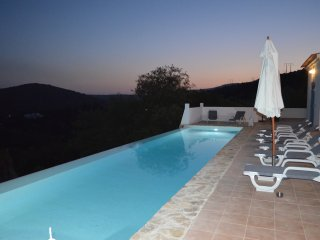 Lovely restored algarve style villa, panoramic sea views, fabulous infinity pool