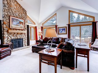 Private Home on shuttle! 4Br/3Ba Sleeps 10! Kids ski free! ~ RA134212
