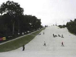 Apreciar e se divertir na pista de esqui.