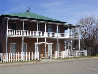 Historic Collier Hotel and Vacation Rental: Great Porch and Dining Areas