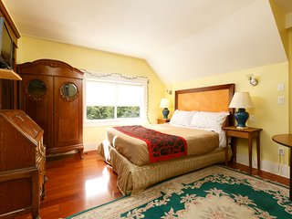 Queen Bed w/Private Bathroom and Shared Kitchen NO6