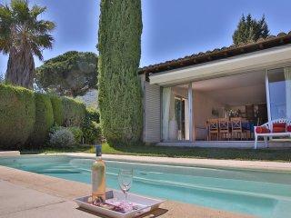 Villa de plain pied avec piscine et jardin privé à 15 min à pied de la plage