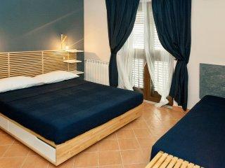 La nostra suite con letto queen size, bagno privato esterno con doccia, e aria condizionata e Wifi