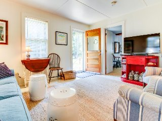 Quaint cottage w/ lovely interior & lawn - walk to beaches, Main St. & ferries!