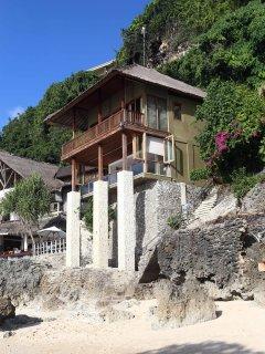 Luxury 3 bedroom villa directly on Bingin Beach