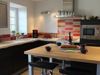 Cuisine parfaitement équipée, table vitrocéramique, lave vaisselle four et micro onde
