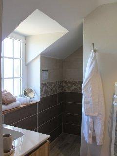 Seconde salle de bain avec douche à l'italienne, vasque et WC