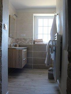 Première salle de bain avec douche à l'italienne, vasque et WC séparé
