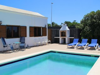 BEAUTIFUL 3 BEDROOM, 2 BATHROOM VILLA, HEATED POOL, WIFI, AIRCON, GREAT LOCATION
