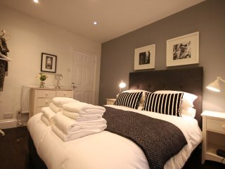 A DELIGHTFUL HOUSE Lots of space, sleeps 4, stylish & quiet location, parking.