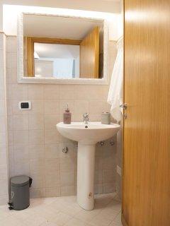 bagno con ampio specchio retroilluminato